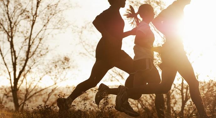 euatleta grupo correndo ao entardecer (Foto: Getty Images)