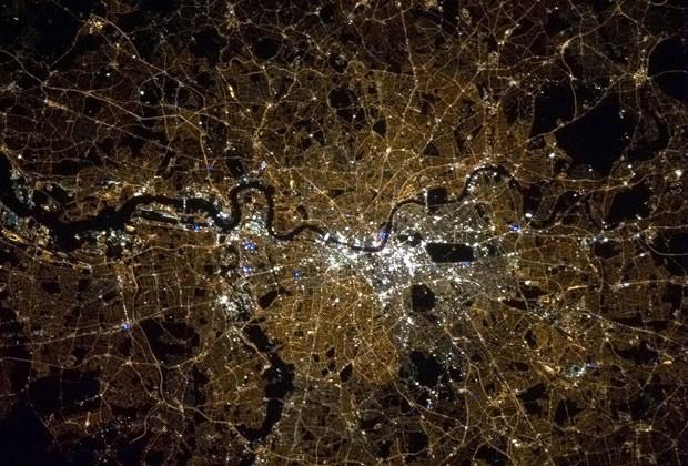 O canadense postou uma imagem noturna mostrando Londres para marcar o dia em que a ex-premiê britânica Margaret Thatcher morreu (Foto: Chris Hadfield/NASA )