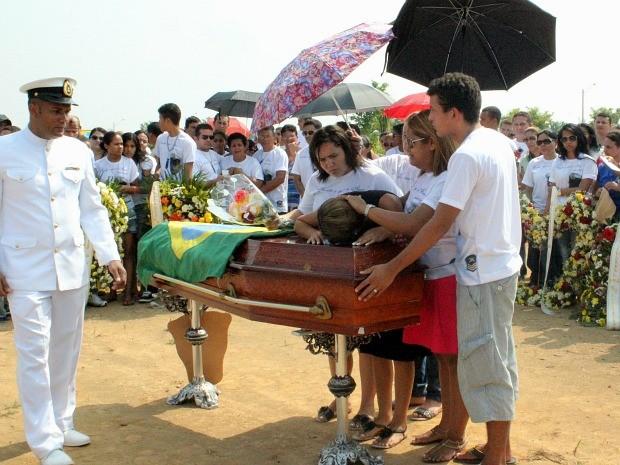 Mulher do sargento acompanhou toda a cerimônia ao lado da família de Fabio (Foto: Camila Henriques/G1 AM)