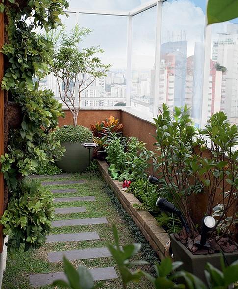 Para trazer o clima mineiro a esta cobertura, pedido da moradora, a paisagista Juliana Freitas usou o corredor para criar uma horta. O piso frio foi substituído por grama esmeralda com réguas de piso cimentício