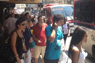 Usuários de transporte público fazem filas para usar lotação em Porto Alegre (Foto: Fábio Almeida/RBS TV)