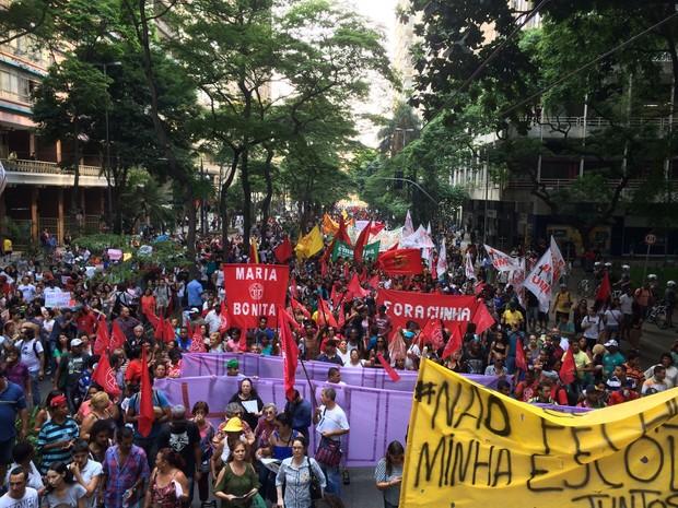 Manifestantes caminham pela Avenida São Luís, no Centro de São Paulo (Foto: Carolina Dantas/G1)