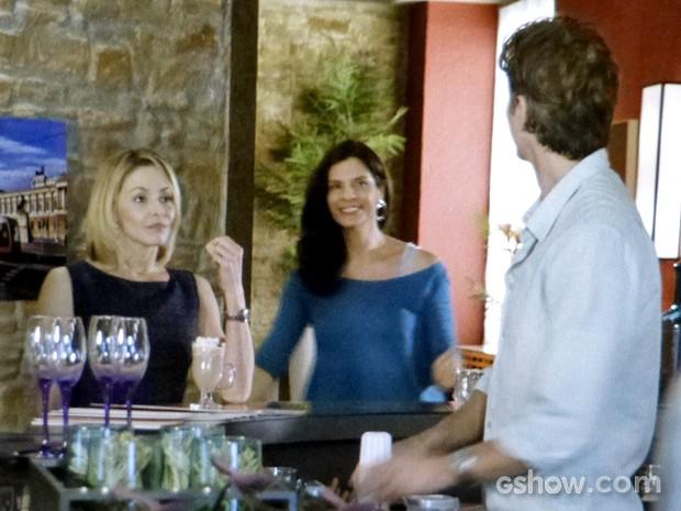 Verônica e Silvia trocam 'elogios' na frente de Cadu (Foto: Em Família/ TV Globo)