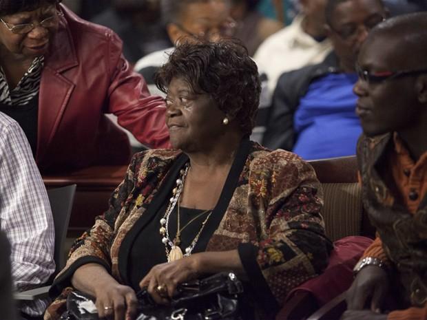Aime Ruffner recebe apoio de parentes e amigos após testemunhar na audiência de reabertura do caso de seu irmão, George Stinney Jr, em foto de 21 de janeiro (Foto: Reuters/Randall Hill/Files)