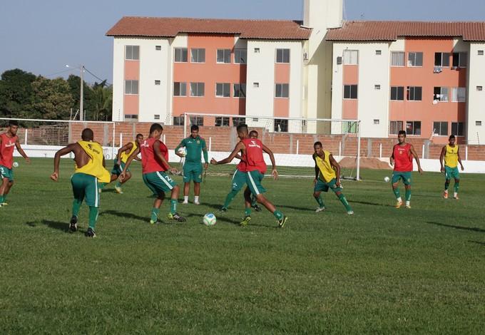 Técnico Dejair Ferriera comanda os treinos da garotada tricolor no CT do clube (Foto: De Jesus/O Estado)