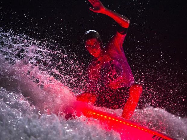 Luzes de LED iluminam as pranchas no 'Surf de Nuit', na Frana (Foto: Antoine Justes/WSL)
