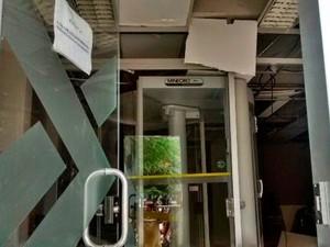Caixa do Banco do Brasil também foi explodido pelos assaltantes neste domingo (Foto: Leandro Alves/Portalbahianews.com)