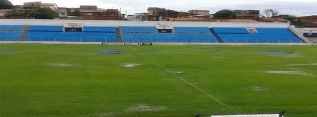 Estádio Nhozinho Santos alagado após forte chuva durante tarde de domingo, em São Luís (Foto: Bruno Alves/Globoesporte.com)