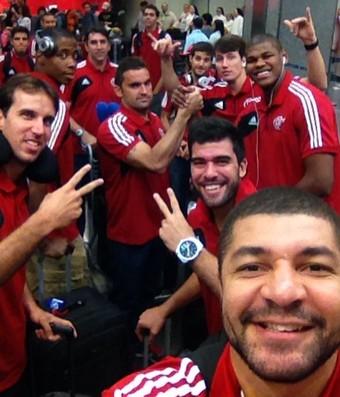 Delegação do Flamengo no Galeão embarcando rumo ao México (Foto: Reprodução Facebook)