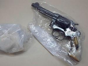 Polícia apreendeu arma e drogas com suspeitos (Foto: Divulgação/Polícia Civil)