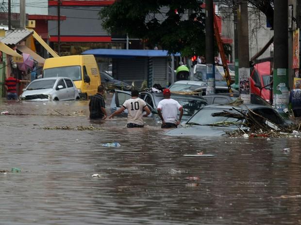 Forte chuva provoca alagamento na Rua Padre Viegas de Menezes, no centro de Itaquera, na zona leste de São Paulo, na tarde desta quarta-feira, 10.  (Foto: Sergio Neves/Estadão Conteúdo)