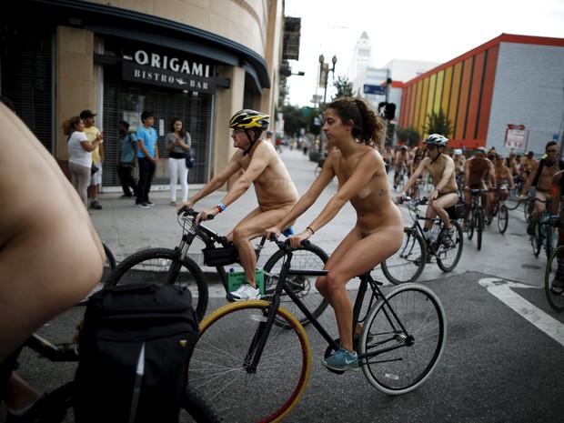 Ciclistas pelados fazem protesto