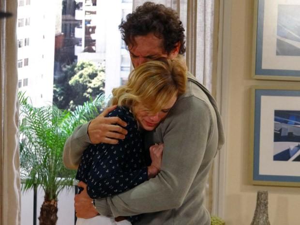 Juliana dá um adeus sofrido a Fábio (Foto: Guerra dos Sexos / TV Globo)