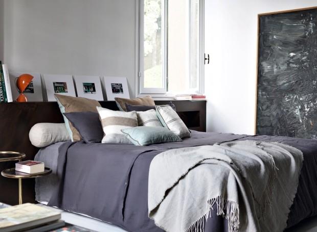 Suíte. A cama tem colcha e almofadas da Borgo delle Tovaglie. O antigo tapete é de Beni Ourain. Óleo sobre tela de lona Bendini, do final da década de 1950 (Foto: Fabrizio Cicconi / Living Inside)