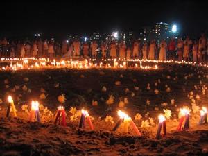Tradicional ritual de oferendas a Iemanjá, em Santos, no litoral de São Paulo, realizada durante a madrugada do primeiro dia do ano (Foto: Daniela Souza/Estadão Conteúdo)