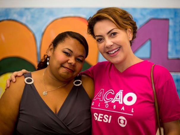 Josely Vasconcelos aprovitou a pausa na maquiagem para tirar uma foto com Fabiula Nascimento (Foto: Daniel Ramalho/ANF)