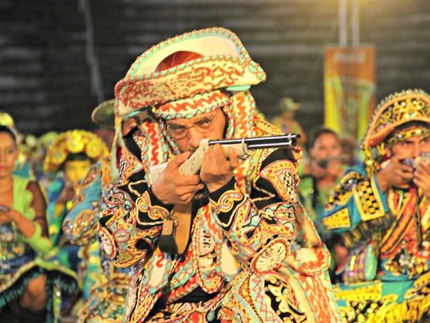 Lampião aponta sua arma para o público no Centro Cultural dos Povos da Amazônia (Foto: Sérgio Rodrigues/G1 AM)