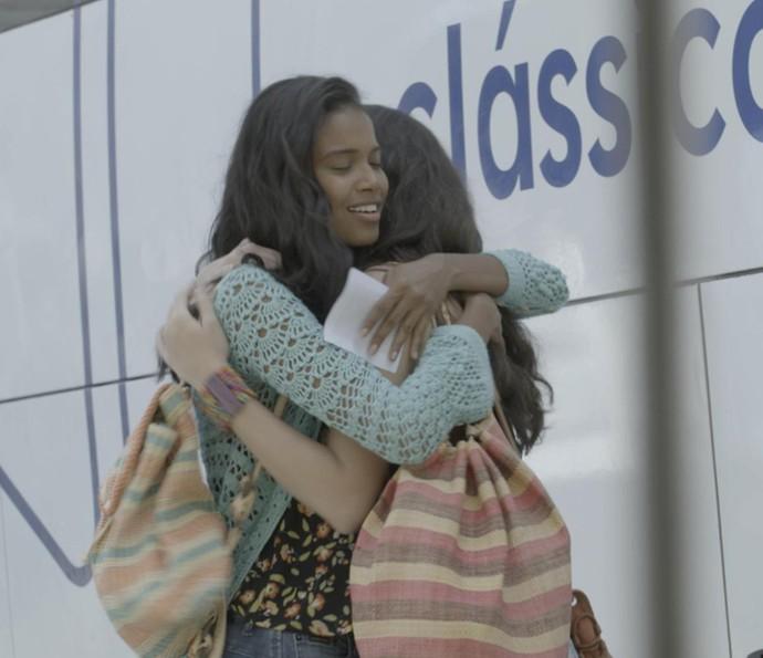 Antes do embarque, Joana e Sula se abraçam e caem no choro (Foto: TV Globo)
