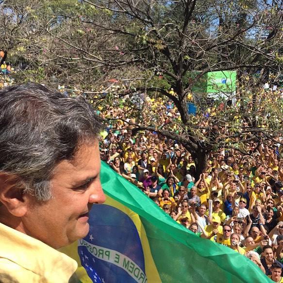 Aécio Neves em meio às manifestações de 16 de agosto (Foto: Reprodução / Instagram)