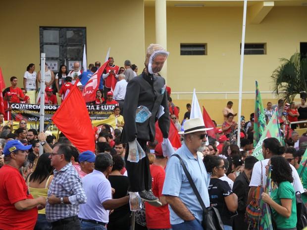 Manifestantes em João Pessoa fizeram um boneco com o rosto do presidente Michel Temer. (Foto: Gabriel Costa/G1)