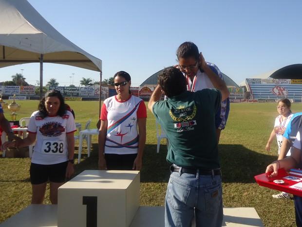 Maria Inêz ganhou medalhas em corridas que participou em Ilha Solteira (Foto: Arquivo pessoal)