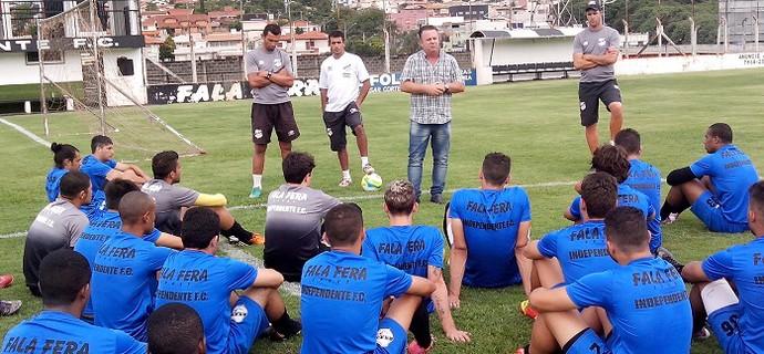 Treinador Álvaro Gaia em conversa com o elenco do Independente (Foto: Jonathan Bueno / Independente-SP)