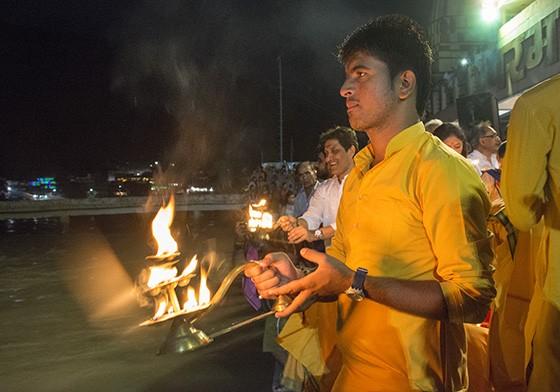 Um devoto do ashram Parmarth Niketan, com sua roupa alaranjada, segura uma lamparina alimentada por ghee  (Foto: © Haroldo Castro/Época)
