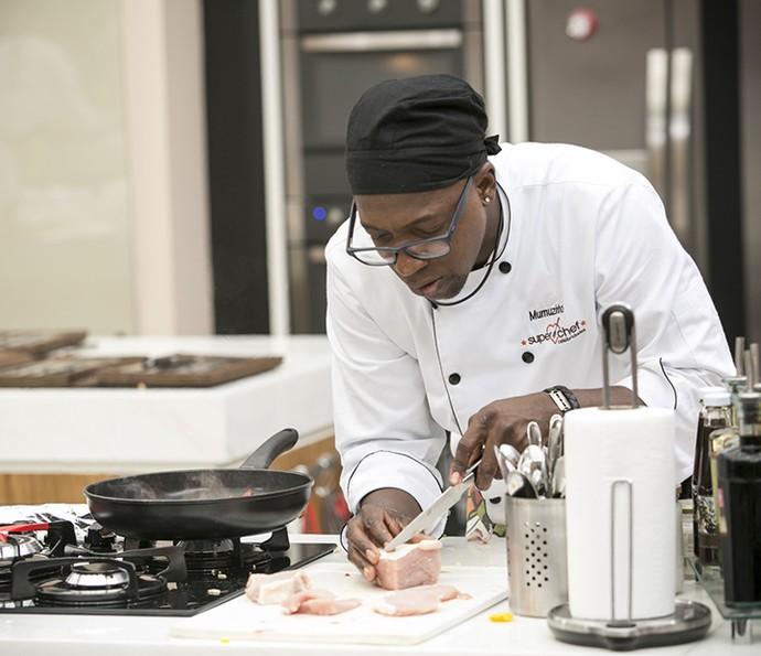 Mumuzinho concentrado em prova do 'Super Chef' (Foto: Raphael Dias/Gshow)