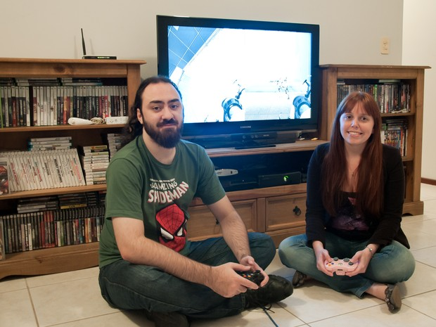 Luise e Sandro têm consoles antigos e atuais (Foto: Angela Tomasetti/Divulgação)