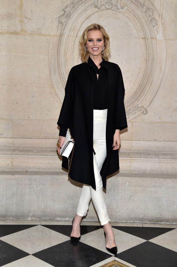 Eva Herzigova no desfile de alta-costura da Dior, em Paris (Foto: Getty Images)