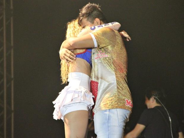 Durante o show, Joelma chamou o amazonense Leandro Lima ao palco e o agradeceu pelo figurino (Foto: Gabriel Machado/G1 AM)