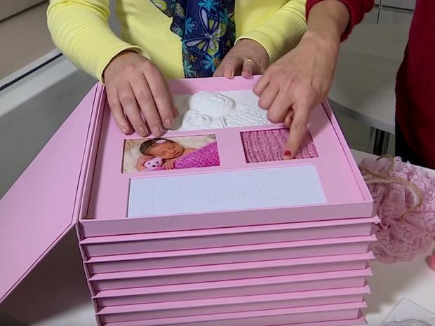 Márcia Beal desenvolveu um álbum sensorial para deficientes visuais  (Foto: Reprodução/RBSTV)