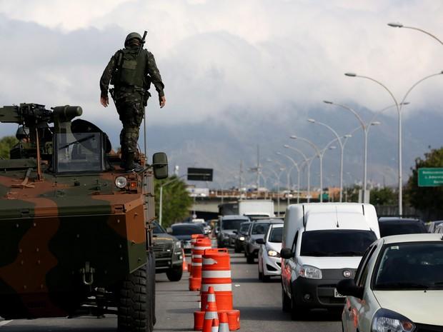 Atacados a tiros e pedradas por traficantes de drogas nos últimos dias, o Exército decidiu pela primeira vez ocupar com blindados um trecho da Linha Vermelha, na altura do Complexo da Maré (Foto: Custódio Coimbra / Agência O Globo)