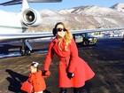 Estilosas, Mariah Carey e a filha fazem pose ao lado de jatinho