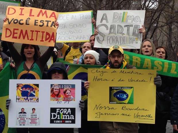 Manifestantes protestam contra o governo na Union Square, em Nova York, neste domingo (15) (Foto: Alan Severiano/TV Globo)