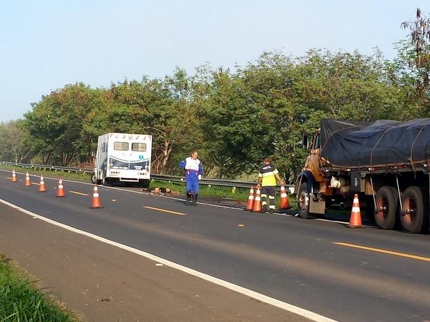 Acidente entre caminhão e moto deixa rapaz morto em Rafard (Foto: Tonny Machado/Raizes FM)