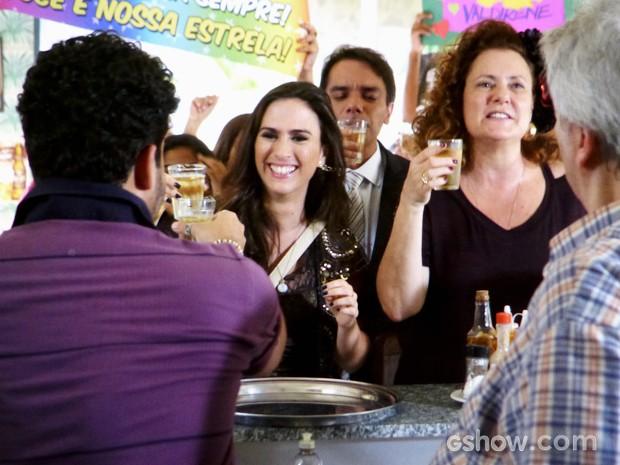 Valdirene e Márcia celebram após fecharem o negócio (Foto: Amor à Vida/TV Globo)