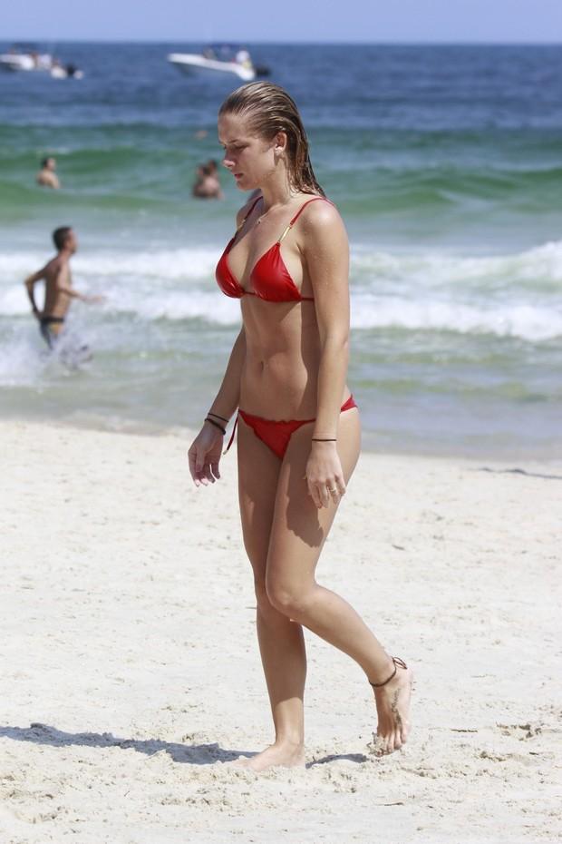 Fiorella Mattheis na praia da Barra (Foto: Dilson Silva / Agnews)