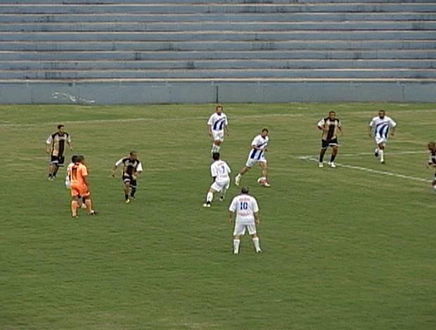 As estrelas da partida: Oseías, Junior Baiano e Marcelo Ramos, correram muito, mas saíram de campo sem balançar a rede (Foto: Reprodução/TV Integração)
