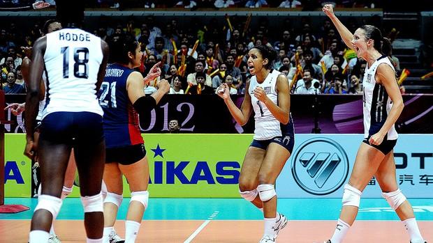 seleção dos EUA comemoram vitória sobre a China no vôlei (Foto: Divulgação / FIVB)
