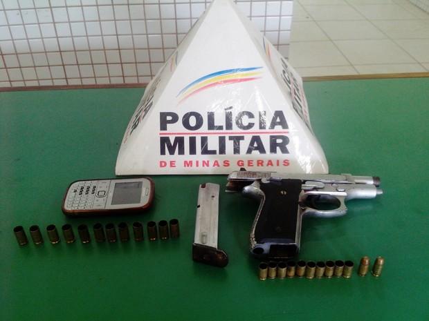 Arma, munições e celular encontrados pela Polícia Militar de Caratinga. (Foto: Divulgação/PM)