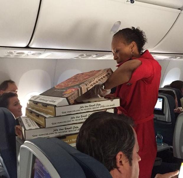 Comissária com pizzas pedidas por piloto de avião (Foto: Reprodução/Riley Vasquez/Twitter)