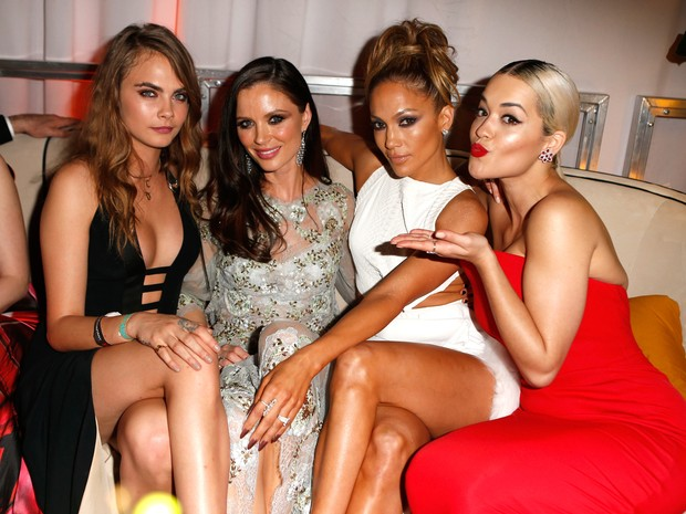 Cara Delevingne, estilista Georgina Chapman, Jennifer Lopez e Rita Ora em festa em Los Angeles, nos Estados Unidos (Foto: Jeff Vespa/ Getty Images)