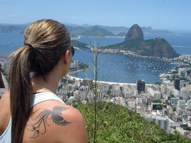 Kênia tatuou uma fênix nas costas como símbolo da sua recuperação (Foto: Arquivo pessoal/Kênia Carneiro de Oliveira)