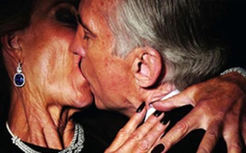 Tom Ford protesta contra culto à juventude e coloca idosos em cenas quentes na 'Vogue Paris'