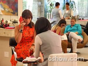Clara liga para Marina e acaba desistindo de falar com a amiga (Foto: Carol Caminha/ TV Globo)