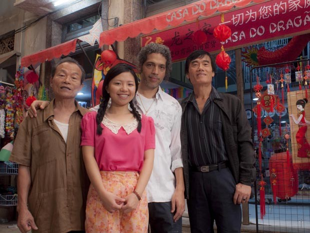 O diretor Estevão Ciavatta com o elenco chinês do filme 'Made in China' (Foto: Divulgação)