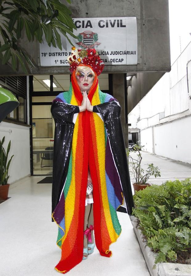 A drag queen Tchaka, na delegacia (Foto: Celso Tavares/EGO)