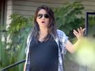Grávida, Mila Kunis reclama de assédio de paparazzo