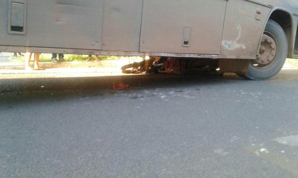 Moto ficou embaixo do ônibus após batida (Foto: Bena Santana/Rádio 94 FM)